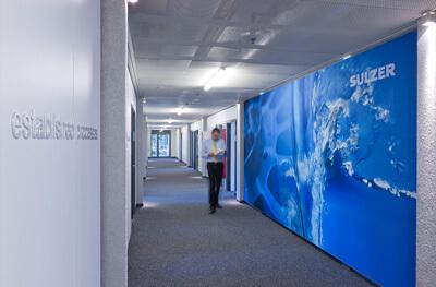 Beschriftung mit 3D Buchstaben, Grossdruck Wasser und Pumpe, Sulzer Hauptsitz in Winterthur, Interior Design von EightyNine, Agentur für Corporate Design und Grafik in St. Gallen, Schweiz