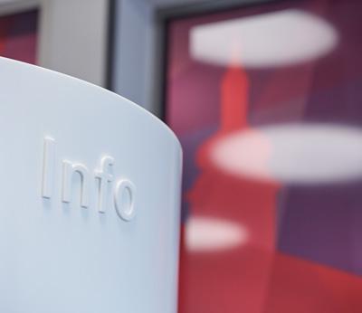 Raiffeisenbank Bischofszell, Beschriftung mit 3D Buchstaben, Sichtschutz mit Frostfolie, Interior Design von EightyNine, Agentur für Corporate Design und Grafik in St. Gallen, Schweiz
